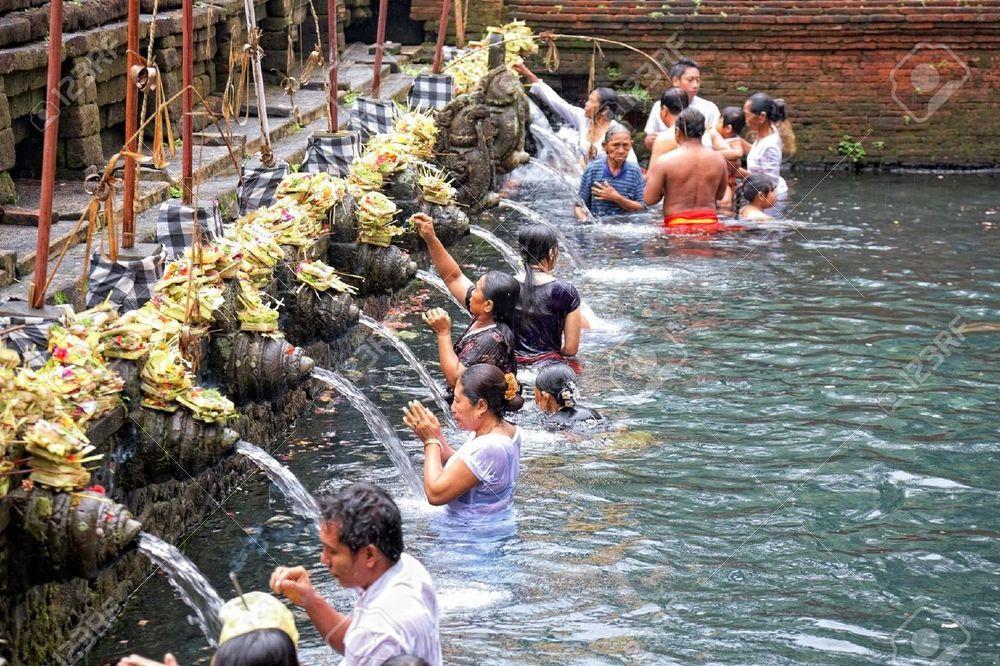 11215644-TAMPAK-SIRING-BALI-INDONESIA-OCTOBER-30-People-praying-at-holy-spring-water-temple-Puru-Tirtha-Empul-Stock-Photo.jpg