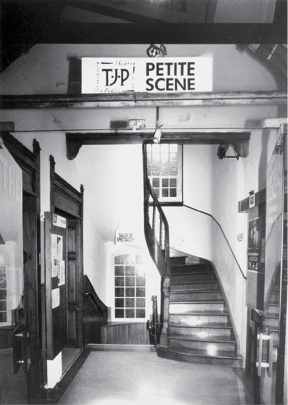 Hall d'entrée principal du TJP Petite Scène (non datée). Photographie noir et blanc, 23,5x16,9 cm. Droits réservés. Archives du TJP, Strasbourg.