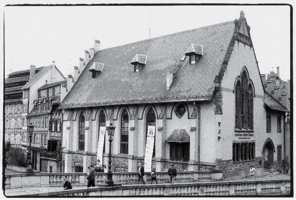 TJPPetiteScène,1rueduPontSaint-Martin(c.1995-6).Photographienoiretblanc,17,8x24cm.Photographe:Jean-BaptisteDORNER.ArchivesduTJP,Strasbourg.