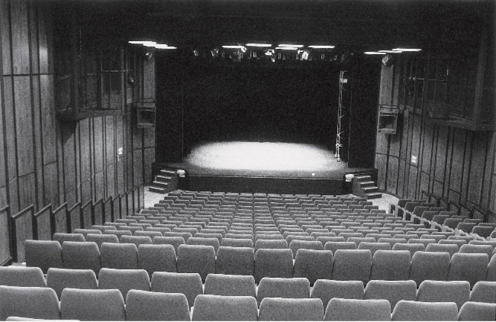 Salle de spectacle de la MAL-TJP Petite Scène (1987). Photographie noir et blanc, 11,9x17,5 cm. Photographe : Christian POIREL. Archives du TJP, Strasbourg.
