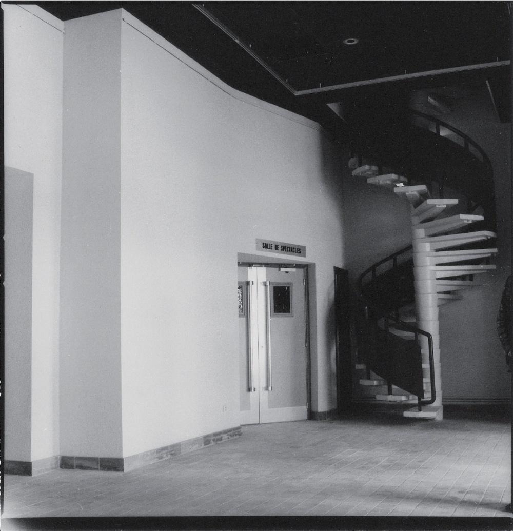 Hall TJP Grande Scène (non datée). Photographie noir et blanc, 24,3x23,7cm. Photographe : Christian POIREL. Archives du TJP, Strasbourg.