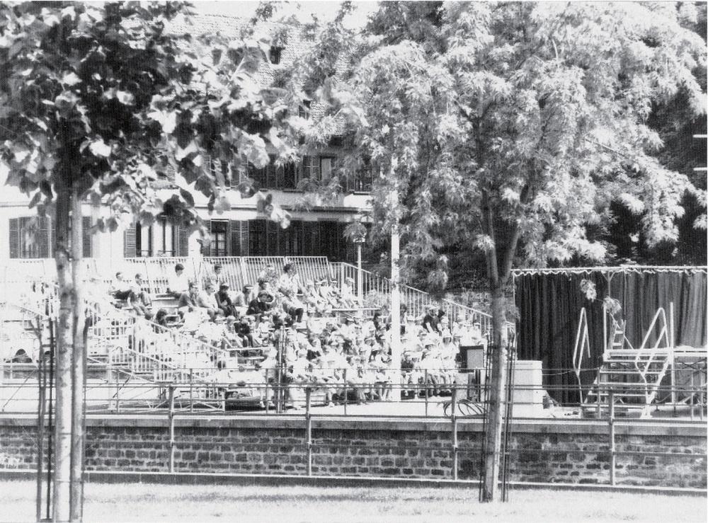 Gradin en plein air, îlot du moulin à la Petite-France (non datée). Photographie noir et blanc, 17,5x23,5 cm. Photographe : Christian POIREL. Archives du TJP, Strasbourg