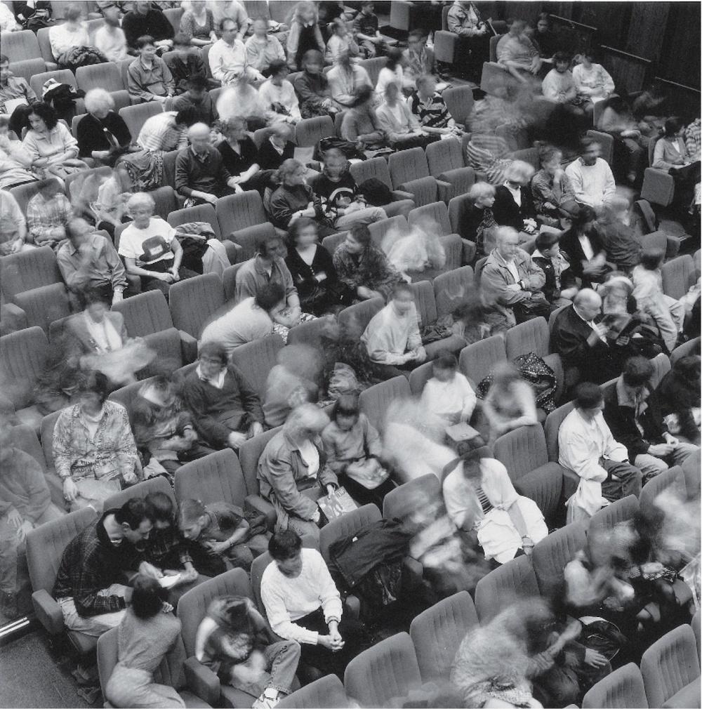 La salle du TJP Grande Scène avec la présence des spectateurs (non datée). Photographie noir et blanc, 24,8x23,8 cm. Photographe : Jean-‐Baptiste DORNER. Archives du TJP, Strasbourg.