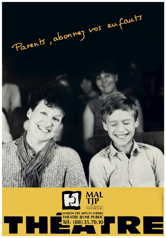 """Affiche """"Parents, abonnez vos enfants"""" (non datée). Graphistes : Pauline PIERSON et Philippe DUBARLE. Photographe : Christian POIREL. 67x97 cm. Archives TJP, Strasbourg."""
