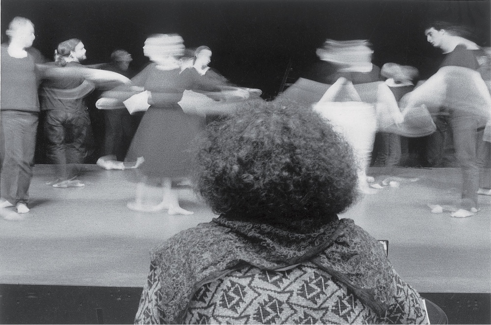 Atelier-théâtreavecÈveLEDIGdanslecadreduTremplinJeuneThéâtre(mai1996).Photographienoiretblanc,18x24cm,Photographe:Jean-BaptisteDORNER.ArchivesduTJP,Strasbourg.