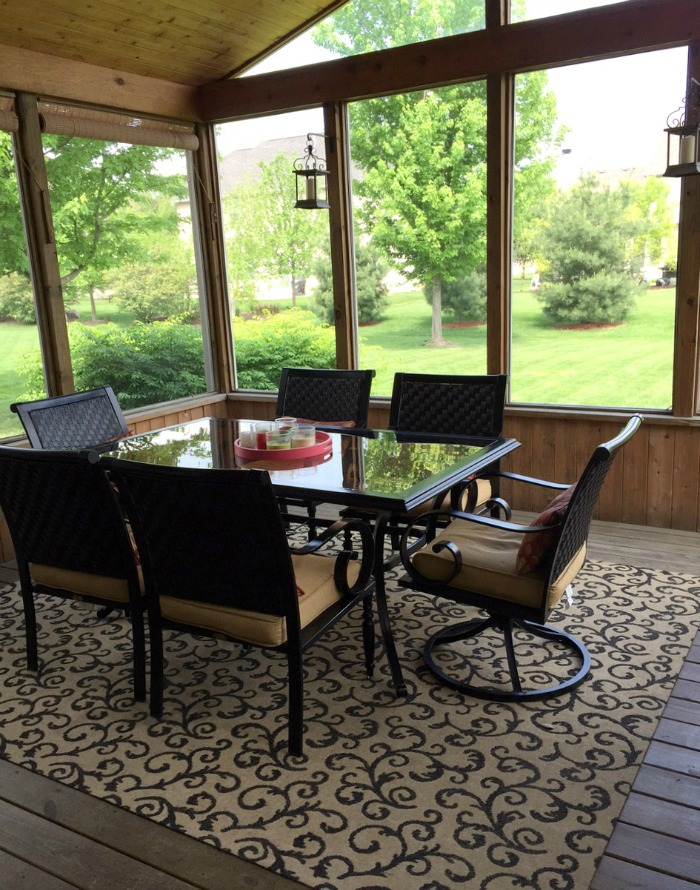 Screened Porch Decorating Ideas | Home & Plate | www.homeandplate.com | Choose a porch rug in a bold pattern or color that is weather resistant.