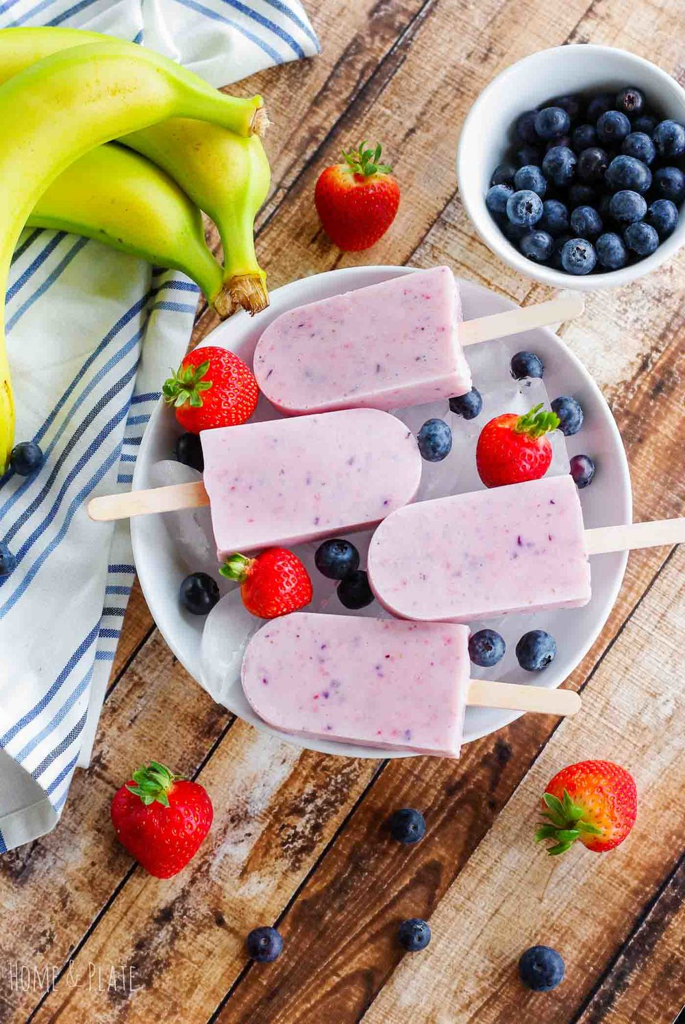 Banana Berry Smoothie Pops | www.homeandplate.com | No time for breakfast? Grab one of my berry banana smoothie pops on your way out the door.
