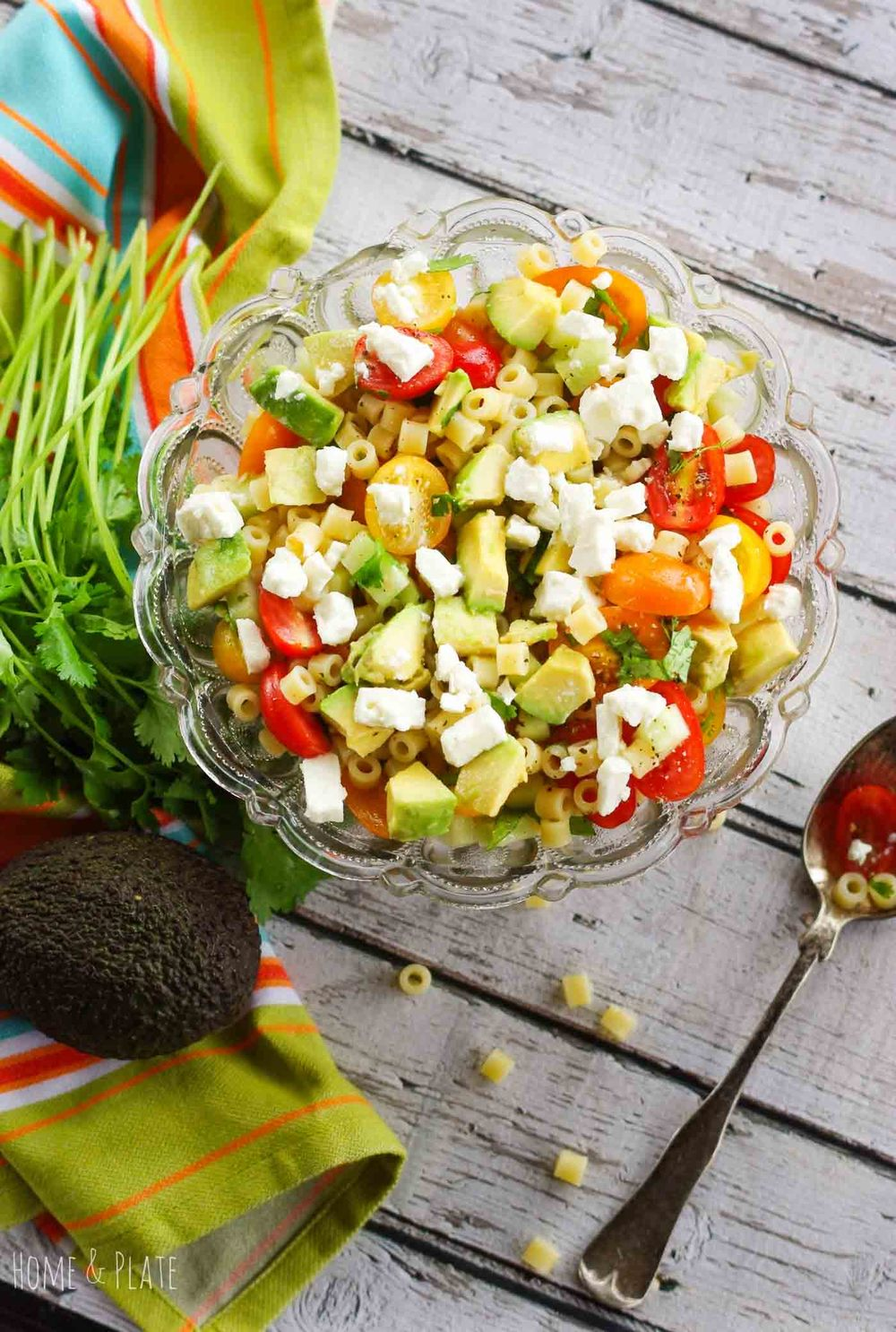 Greek Avocado Pasta Salad | www.homeandplate.com | Keep it cool this summer with this Greek avocado pasta salad featuring summer's best vegetables.