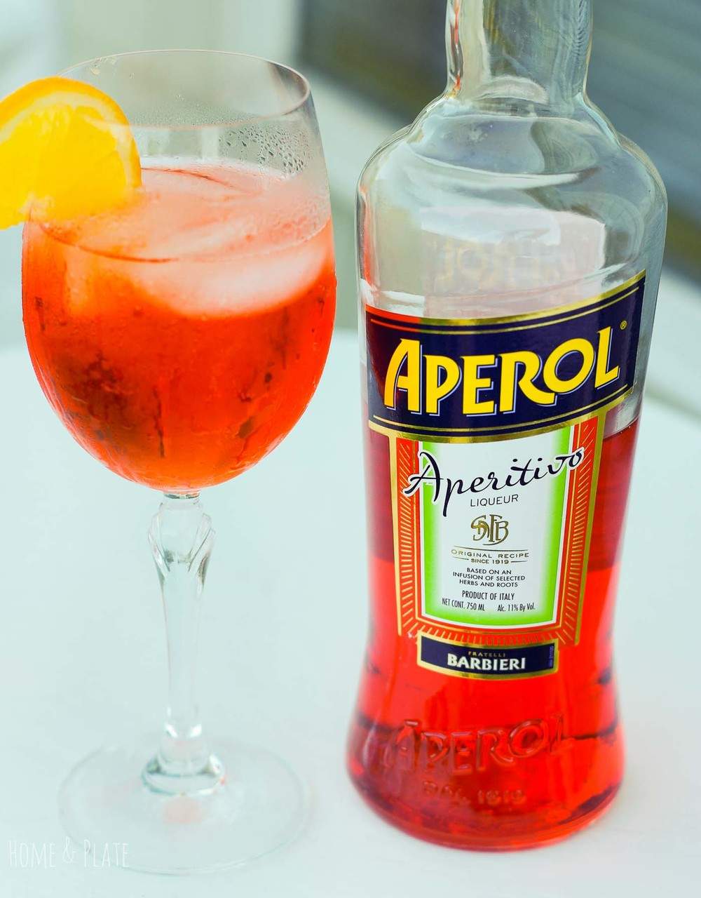 Italian Aperol Spritzers | www.homeandplate.com | Imagine a bubbly concoction of sparkling Prosecco white wine paired with soda water with the underlying flavor of oranges, herbs and spices.