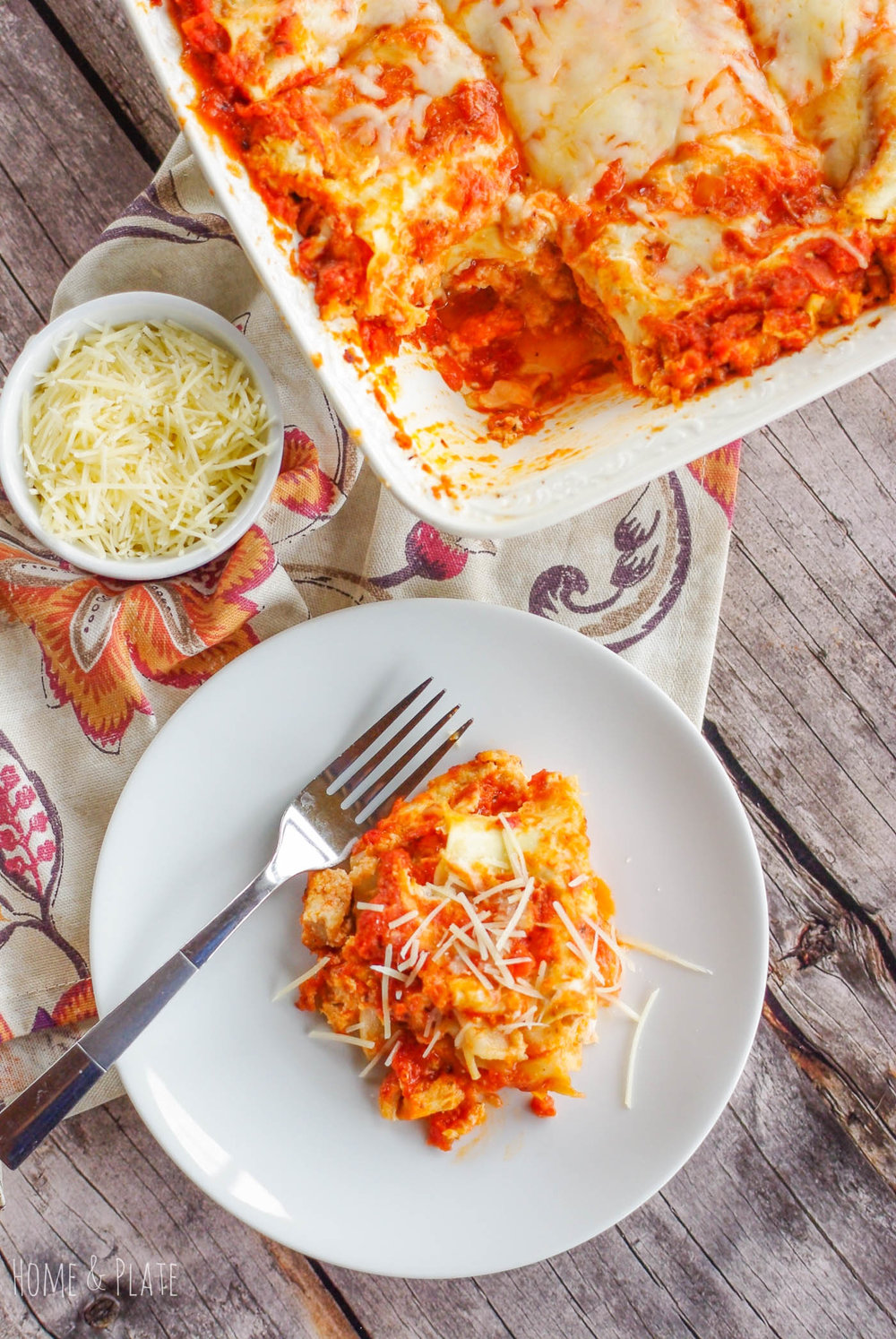 Easy Chicken Parmesan Lasagna | www.homeandplate.com | Combine two Italian dinner favorites into one with this cheesy chicken Parmesan lasagna.