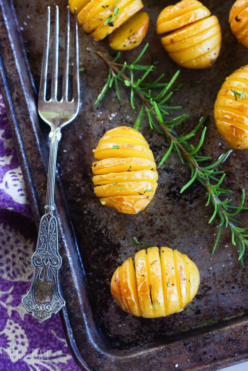 Roasted Rosemary Hassleback Potatoes | www.homeandplate.com | Perfect with any dinner, Hassleback potatoes are crispy on the edges yet creamy in the middle.