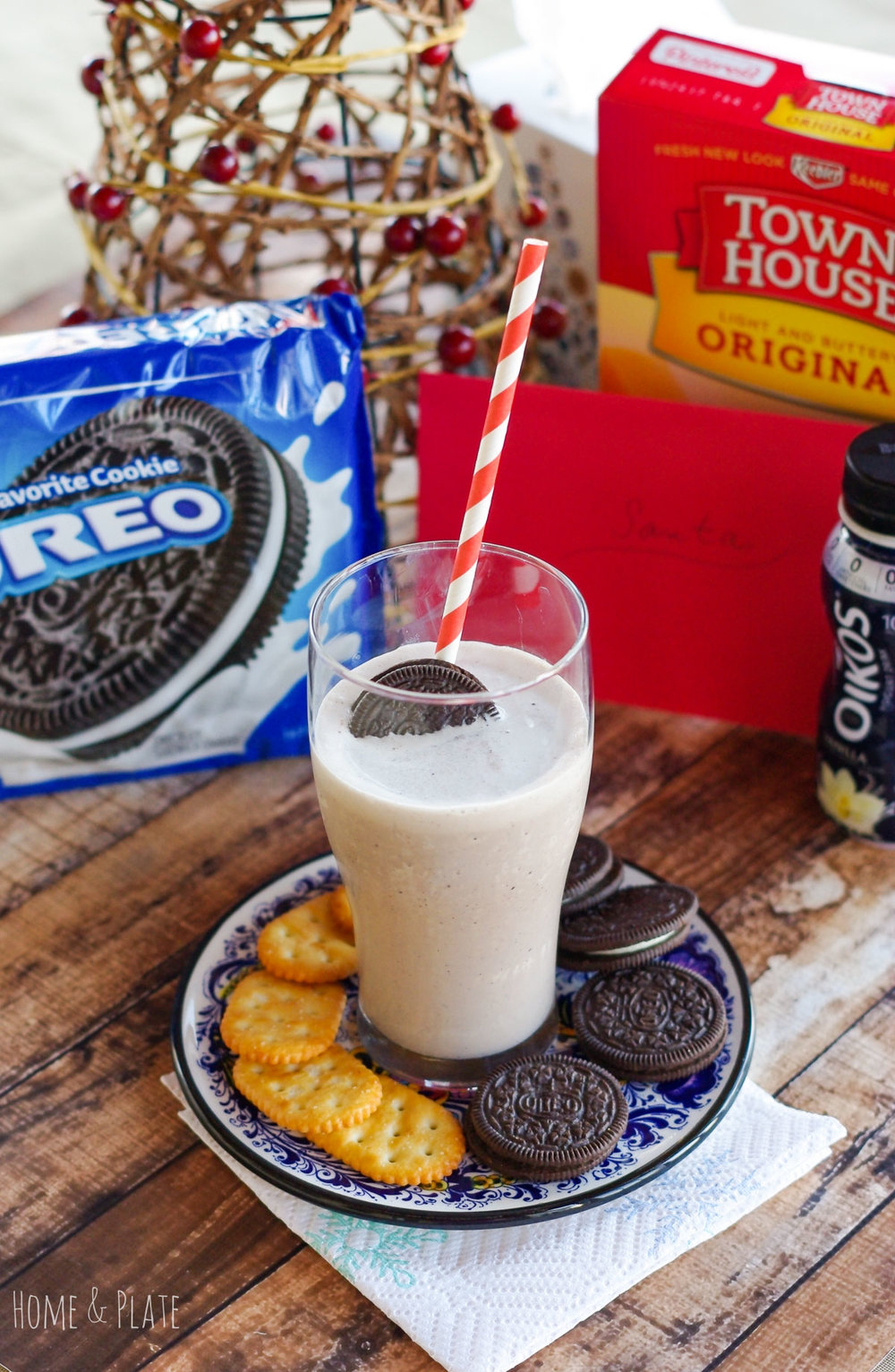 Oreo Frozen Yogurt Milkshakes | www.homeandplate.com | Surprise Santa with an Oreo milkshake made fresh with vanilla bean frozen yogurt and Oreo cookies. #ad #MerryMeals