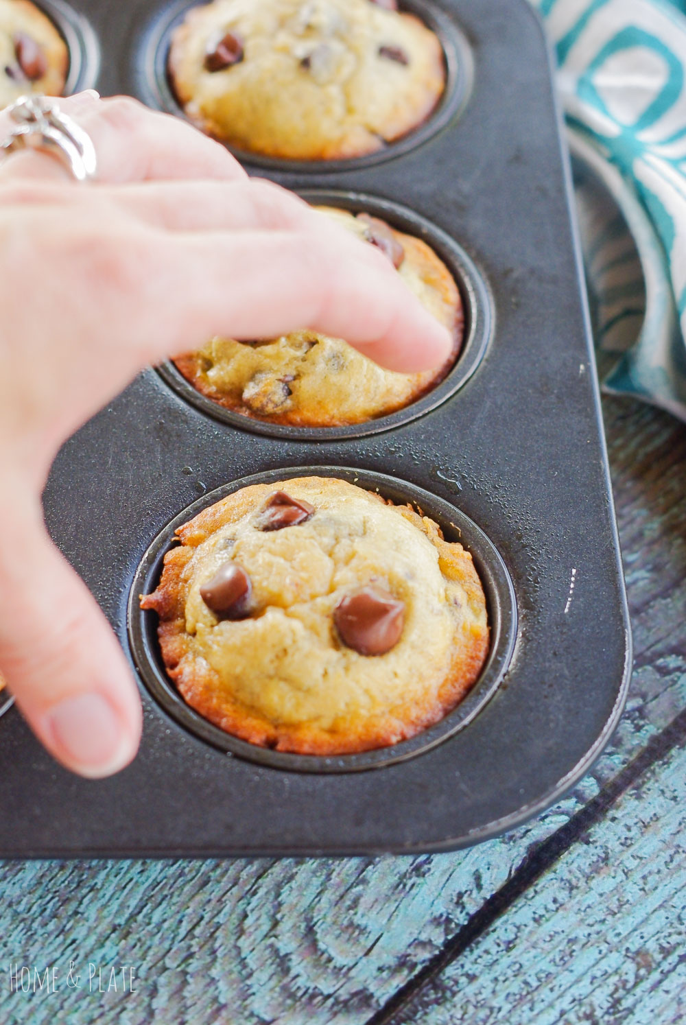 Easy Moist Banana Chocolate Chip Muffins | www.homeandplate.com | These easy banana chocolate chip muffins are moist and delicious for breakfast or a snack.