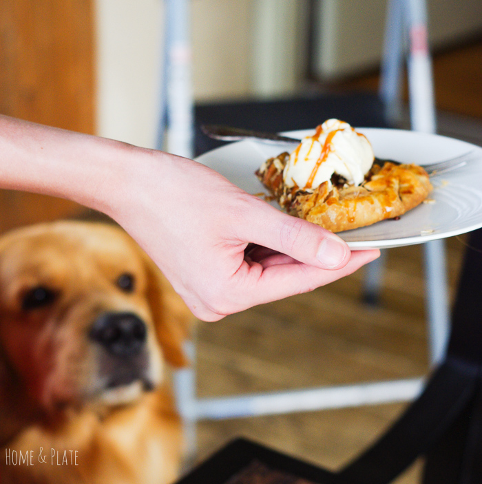 Easy Apple Crisp Galette| As delicious as mom's apple pie but easier! This easy apple crisp galette is the ideal fall dessert. | www.homeandplate.com | #apples #galette #tart #crisp