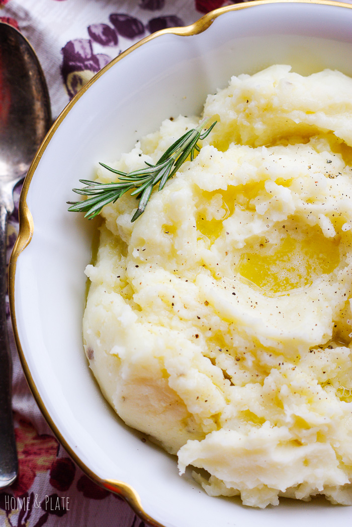 Easy Make-Ahead Mashed Potatoes | www.homeandplate.com | Easy to make ahead of time, these simple mashed potatoes will be the most popular dish on your dinner table.