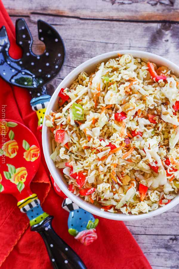 Crunchy Ramen Noodle Salad | www.homeandplate.com | This crunchy Ramen noodle salad is the perfect side dish for any barbecue or summer dinner.