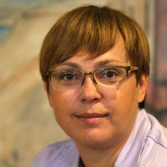Nataša Pirc Musar InfoHouse Nataša Pirc Musar je pravnica s pravodosnim izpitom. Preden se je lotila pravnih dosciplin je bila 12 let novinarka in voditeljica osrednjih informativnih oddaj na RTV Slovenija in na POP TV. Aprila 2003 se je zaposlila na Vrhovnem sodišču kot direktorica Centra za izobraževanje in informiranje. Julija 2004 jo je Državni zbor izvolil za informacijsko pooblaščenko in to delo je opravljala 10 let. Danes se posveča samostojni poti na področju pravnega svetovanja in odvetništva. Varstvo osebnih podatkov kot pravica in dolžnost Varstvo osebnih podatkov je v zdravstvu pravna disciplina, ki dobiva na pomenu. Pacienti so vse bolj občutljivi na razkrivanje podatkov, zdravstveni delavci pa se vse bolj zavedajo te pacientove pravice, ki na drugi strani predstavlja seveda dolžnot zdravstvenega osebja in institucij, da z osebnimi podatki ravnajo v skladu z zakonom. Ker se tudi zdravstvo vse bolj informatizira, je pomemben del razmišljanja o zasebnosti tudi t.i. vgrajena zasebnost (privacy by design). Kaj to pomeni? O zasebnosti je treba razmišljati že takrat, ko gradimo informacijski sistem.