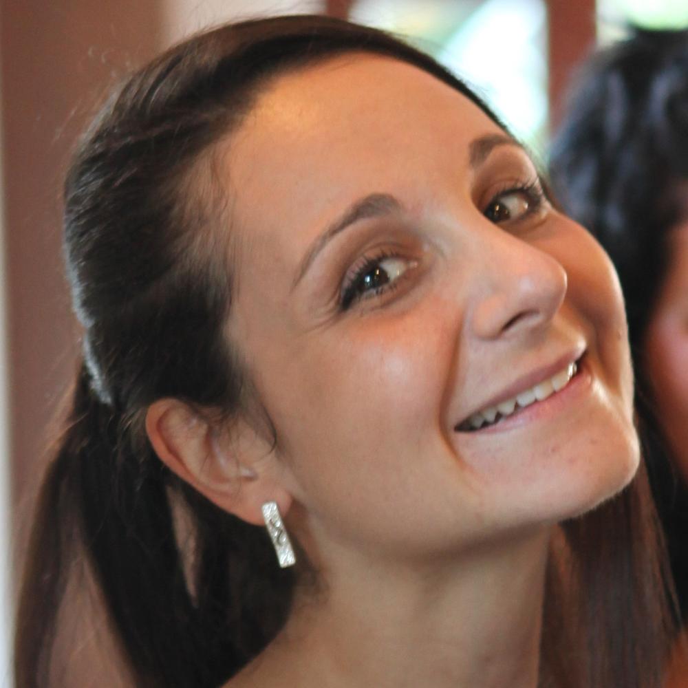 Tina V. Vavpotič XLab Tina je leta 2007 zaključila študij ekonomike v zdravstvu na Erasmus University Rotterdam. Nato se je nekaj let delala kot svetovalka za bolnišnice in zdravstvene zavarovalnice na Nizozemskem. Po vrnitvi v Slovenijo se je pridružila podjetju XLAB, kjer je razvila telemedicinski sistem za potrebe predtransfuzijske medicine. Lepote in bridkosti lansiranja inovativnega produkta v zdravstvu Na primeru teletransfuzijskega sistema si bomo pogledali kateri dejavniki so potrebni, da razviješ in implementiraš inovativen produkt v zdravstvu. TeleTransfuzija je edini nacionalno uvedeni telemedicinski sistem v SLO, ki deluje že od 2012 in letno prihrani več kot 0,5mil€. Predvsem pa o lepotah in bridkostih lansiranja produkta na tuje trge.