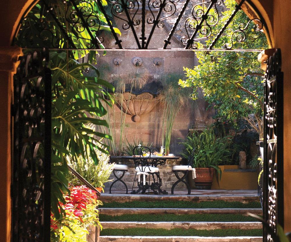 csn-gst-casa-fuente-courtyard01_1600x1329.jpg