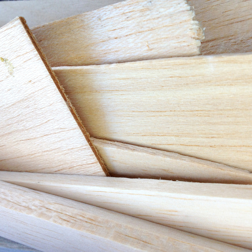 Cut pieces of balsa wood. Use simple scissors to cut balsa, it´s very soft.