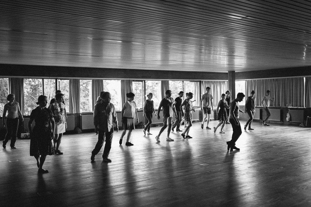 Dworp, juin 2015.   Les premiers pas d'un danseur sont souvent timides. Le jazz pousse à l'expression, à l'exubérance et à la dérision. Nombreux sont les compétiteurs d'aujourd'hui qui étaient terrorisés à l'idée d'interagir avec leurs hanches quelques années auparavant. Ici, le français Nicolas Deniau enseigne le Boogie Drop, un de nombreux pas de jazz où le bas du corps est sollicité de manière expressive.