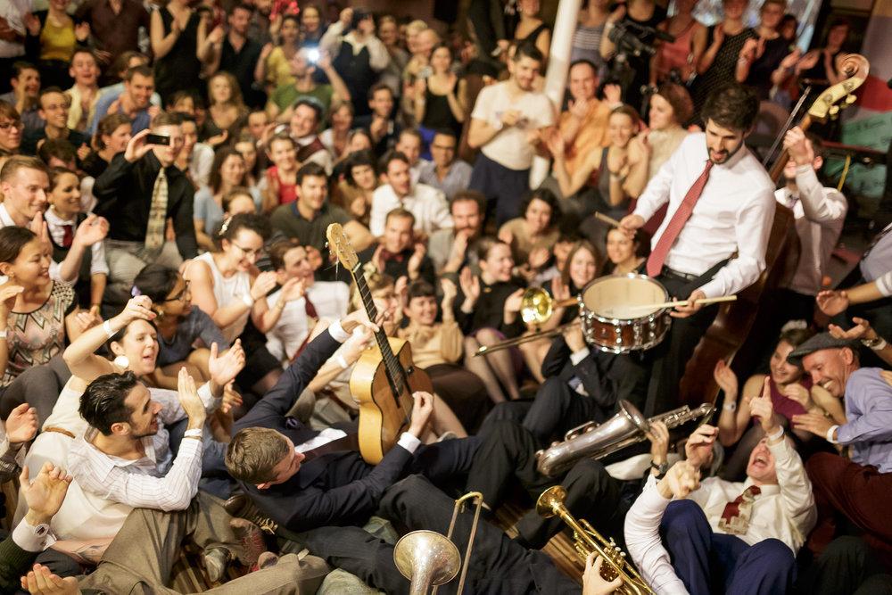 Budapest, 2014.   Chaque année, un des plus grand festivals européens a lieu à Budapest, sur 3 péniches alignées l'une à côté de l'autre sur le Danube.1200 personnes se rassemblent pendant 5 jours et 5 nuits, les plus grands musiciens actuels se relayant jusqu'au petit matin en communion avec les danseurs.