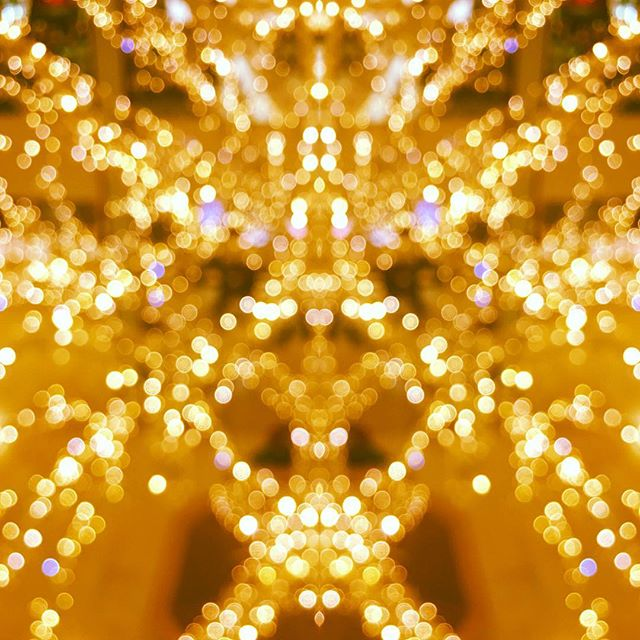 #shotoniphone #light #christmas #christmaslights #treelights #oofphotography #reflect #mall #squareone #bokeh #orbsoflight  #shiny #golden #photography #gold #ifyoureadalloftheseyoureachamp