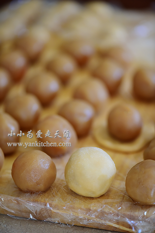 Mooncakes With Yolks And Lotus Seed Paste Fillings
