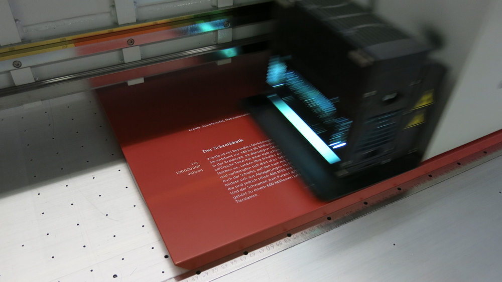 Flachbettdruck - Direktdruck auf Aluminium, Kunststoff, Holz, Acrylglas, Kartonplatten