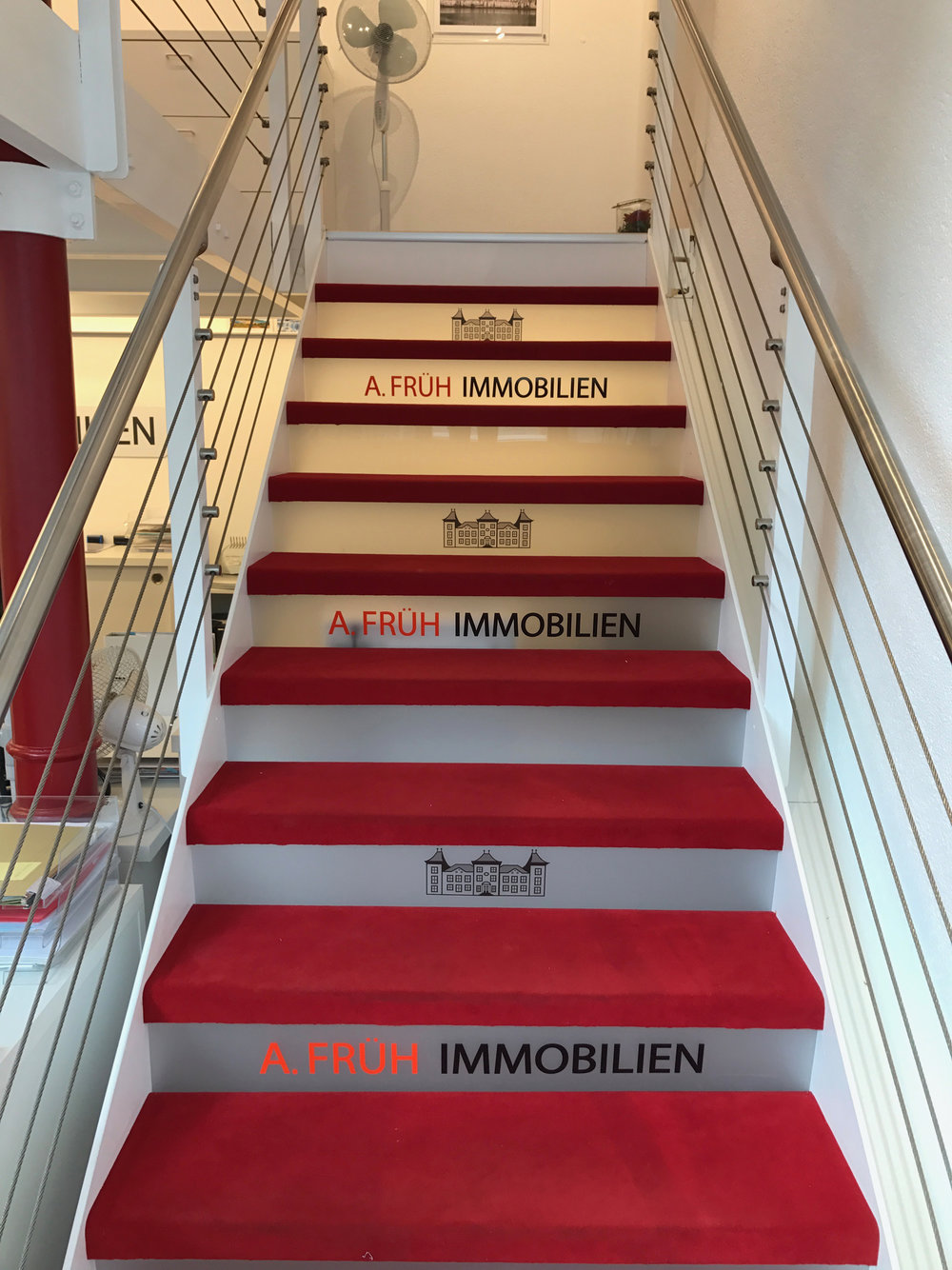 Folienschriften auf Treppenstufen