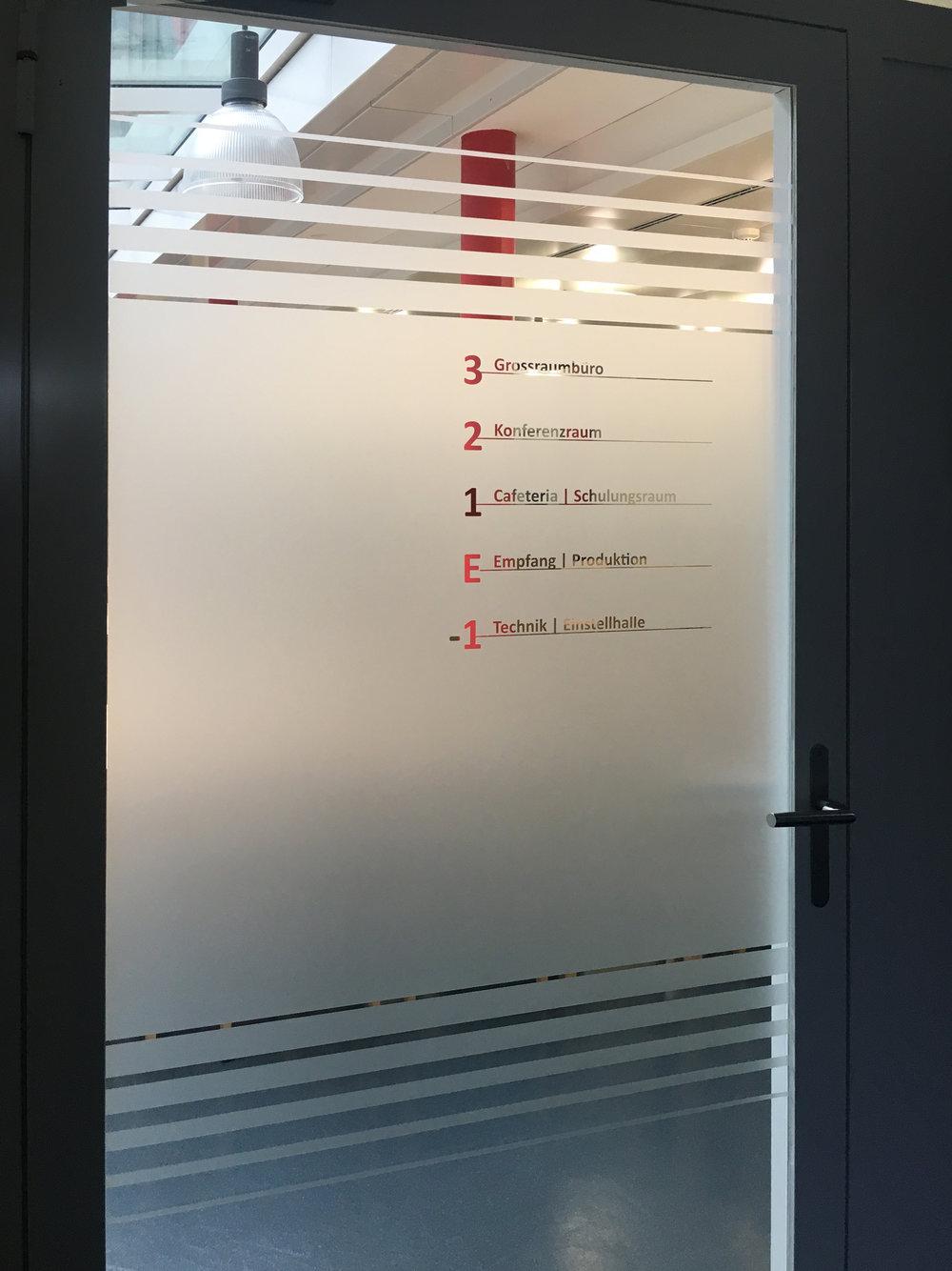 Sichtschutz mit integrierter Beschriftung