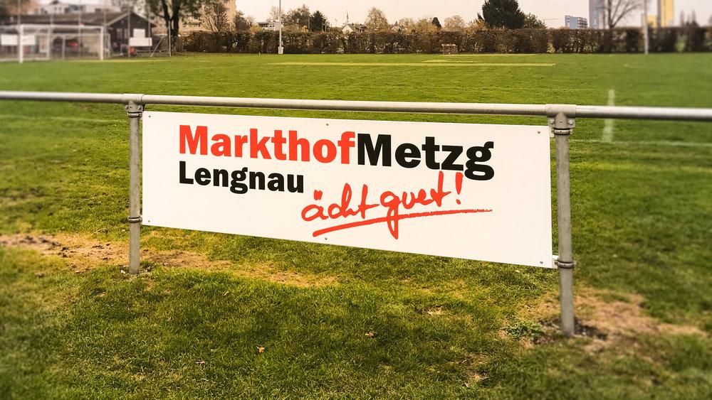 Fussballplatz Werbung Alutafel