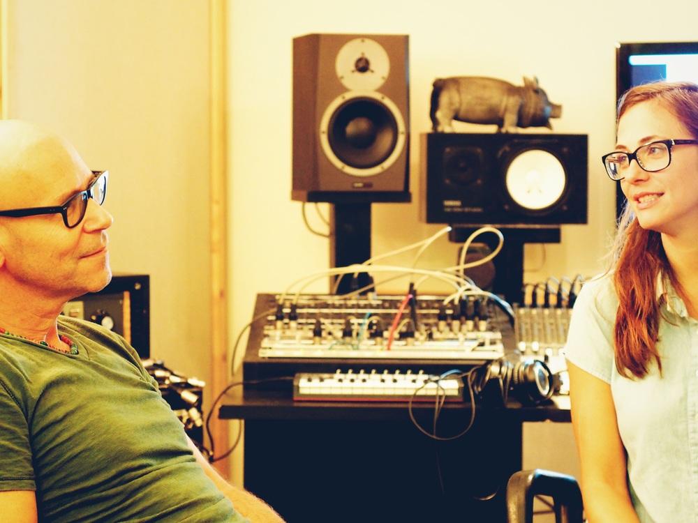קרן פלס ורמי קליינשטיין מקשיבים להקלטה
