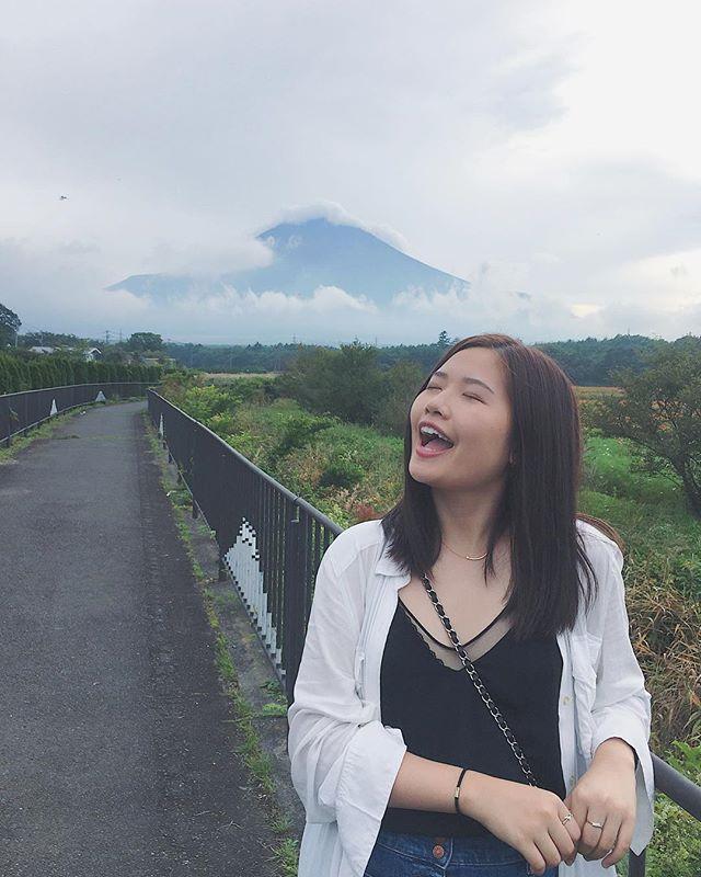 跑到富士山上被风吹到睁不开眼而且张嘴笑发现小沙子都跑嘴里了 看不到山顶 被云遮住了 狼狈地没有留下任何相片😂😂后来发现 看富士山还是在离它远点的地方看好 既可以开口笑 还能等云飘走后从容地拍照留念👌#fujiyamamountain#japantravel