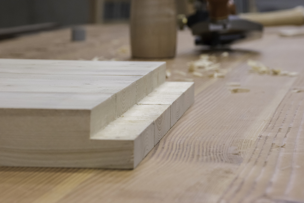 All four legs are cut to join with the top boards.
