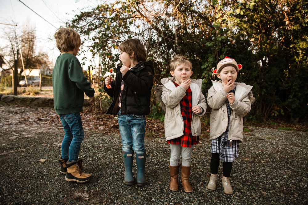 family-eating-sour-candy-kids-photography