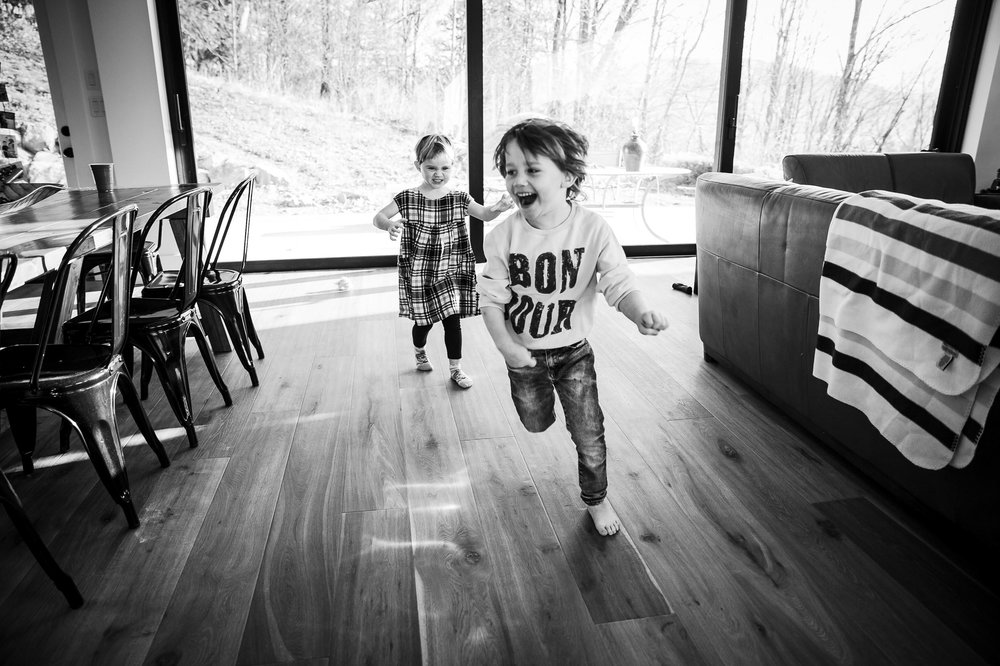 kids-chasing-each-other-family-photography