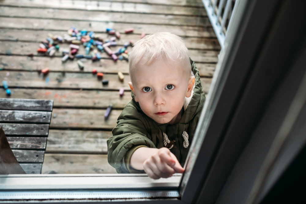 kid-window-chalk-sunny