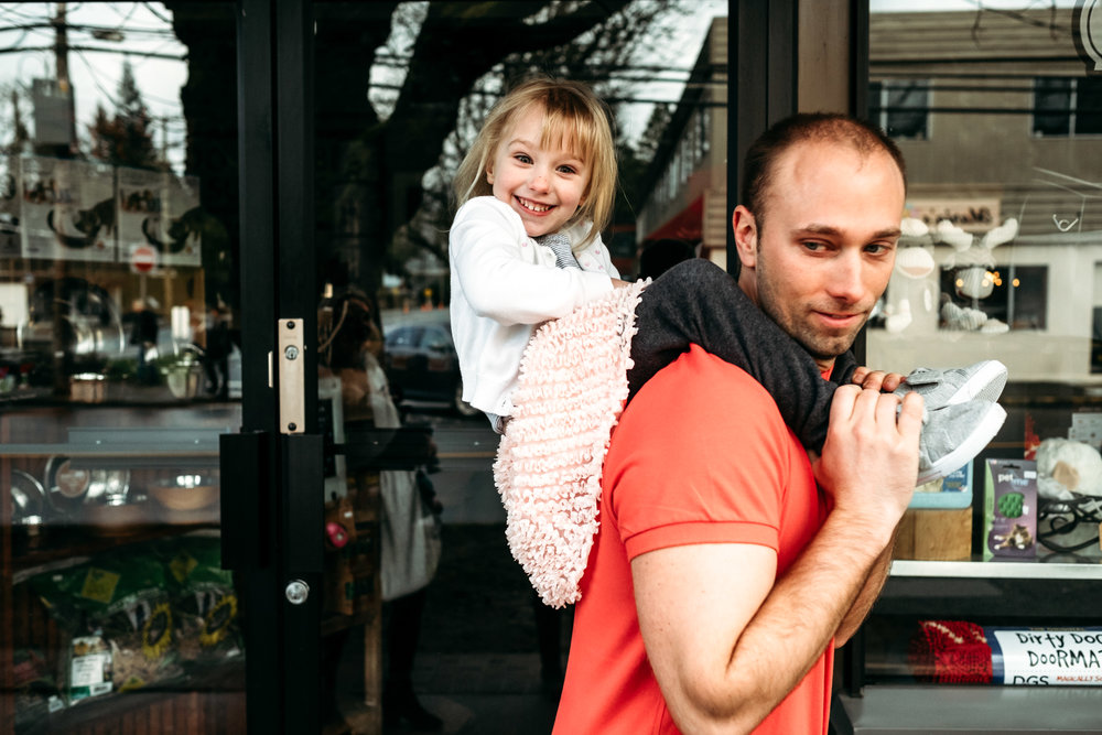 girl-on-shoulders-dad-documentary-photographer-vancouver