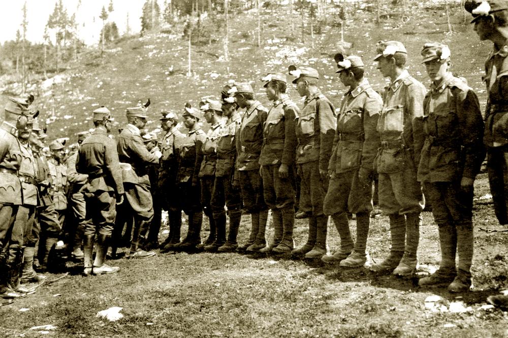 10 - Decorati tra i Kaiserschützen al termine della battaglia dell'Ortigara.JPG