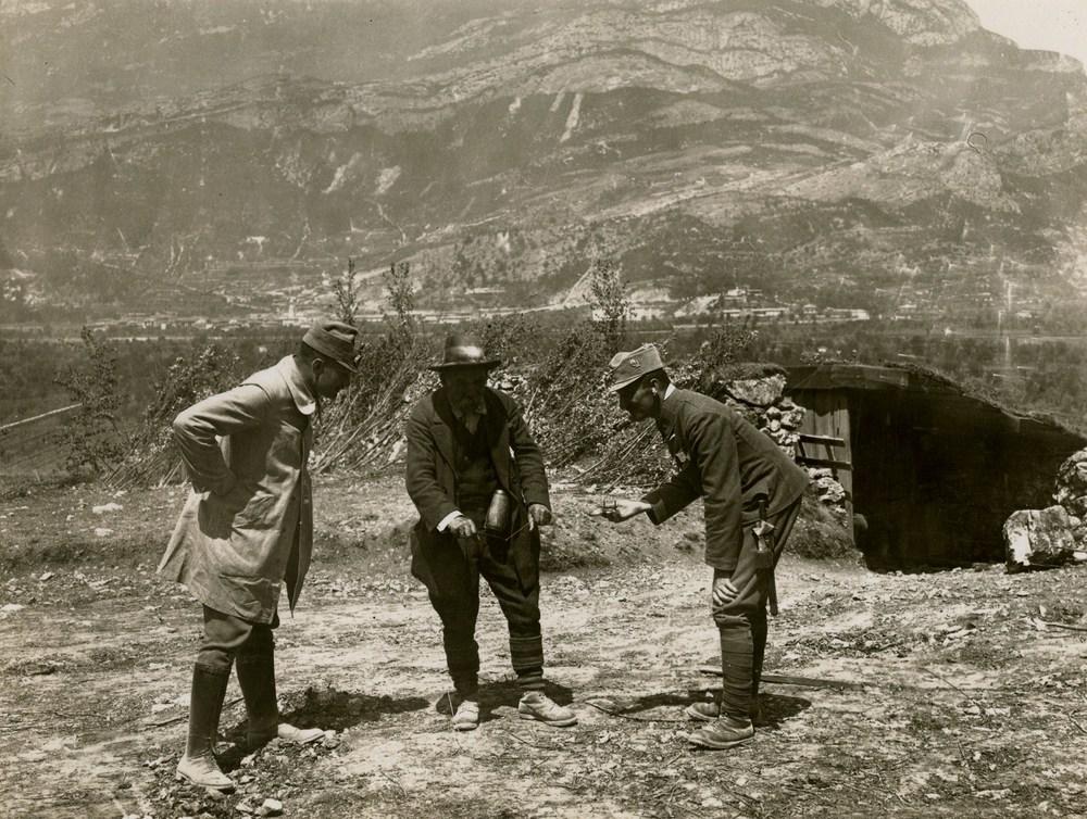 Genieri austroungarici fingono di cercare una sorgente con un rabdomante