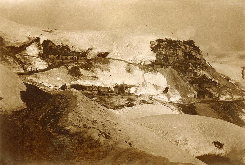 87 - La Mecenseffystrabe ed il comando del 27° konig der Berger dietro monte Forno.JPG