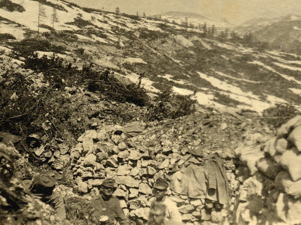90 - Lavori di costruzione della prima linea austriaca davanti a M. Forno che proseguendo arrivava sino alle pendici del M. Ortigara sullo sfondo .JPG