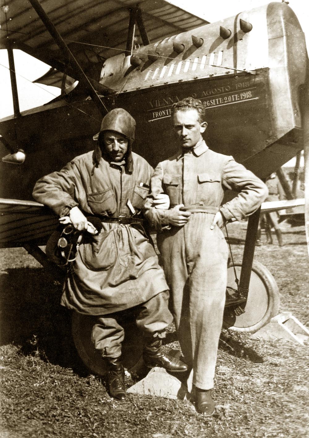Gabriele D'Annunzio con il suo pilota dopo il volo su Vienna, il capitano Natale Palli comandante della Serenissima. Il Vate alla cintura porta il pugnale donatogli da Ettore Viola.