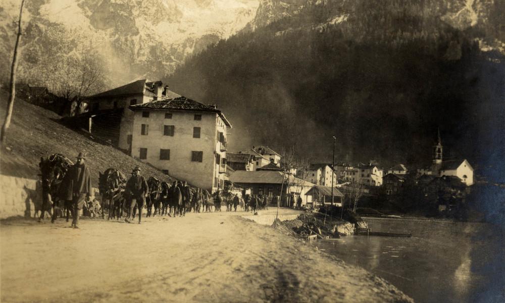 Salmerie degli Alpini in transito per Alleghe