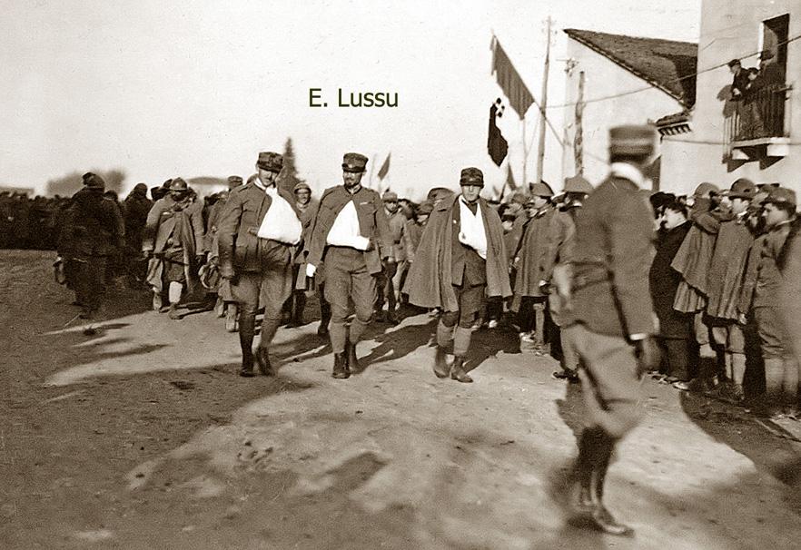Emilio Lussu sfila con la Brigata Sassari a Vicenza dopo la Battaglia dei Tre Monti
