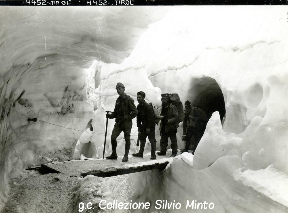 Soldati austriaci percorrono l'interno dei ghiacci della Marmolada