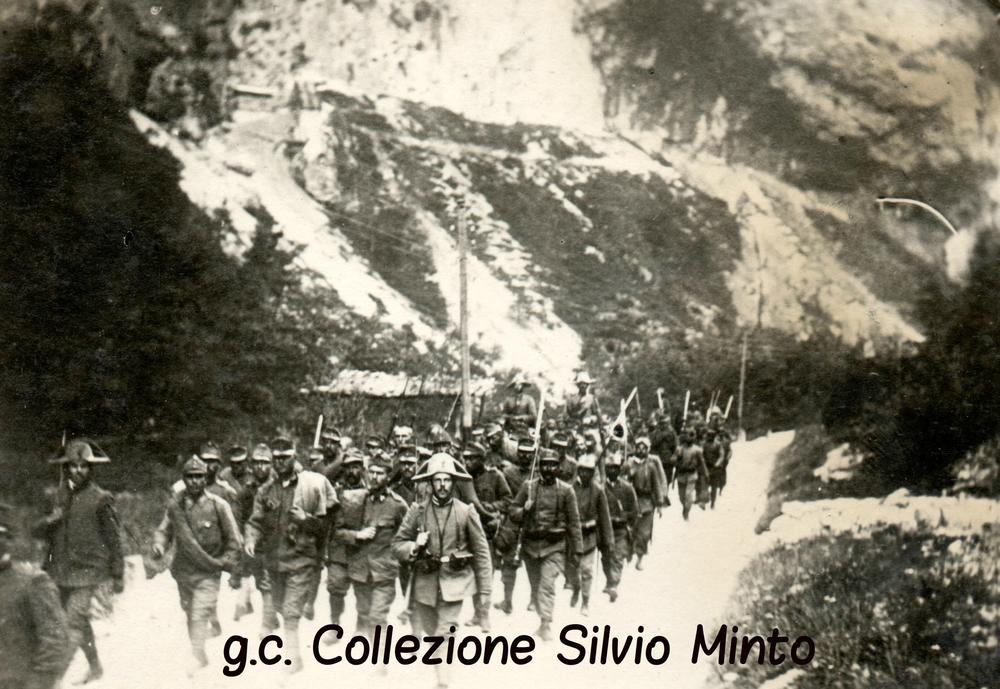 Colonna di prigionieri austriaci catturati sul Cauriolscortati dai Carabinieri
