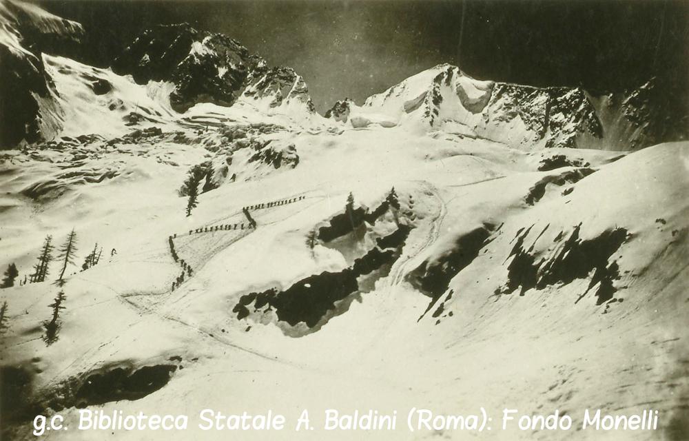 Colonna di Alpini risale verso al Presanella