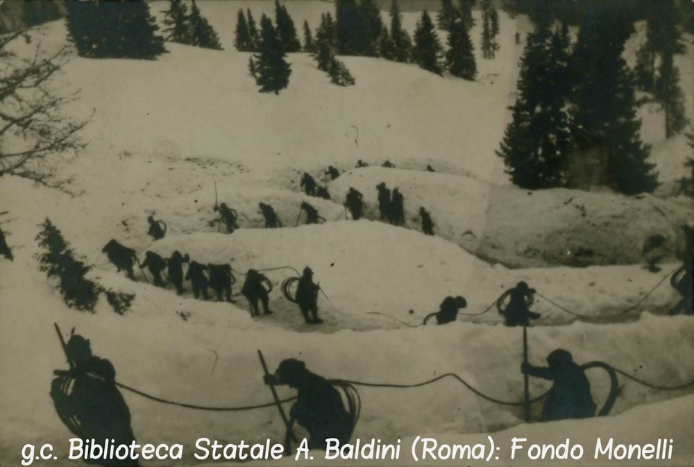 Una colonna di Alpini trasporta la corda metallica della teleferica del Cauriol (1916)